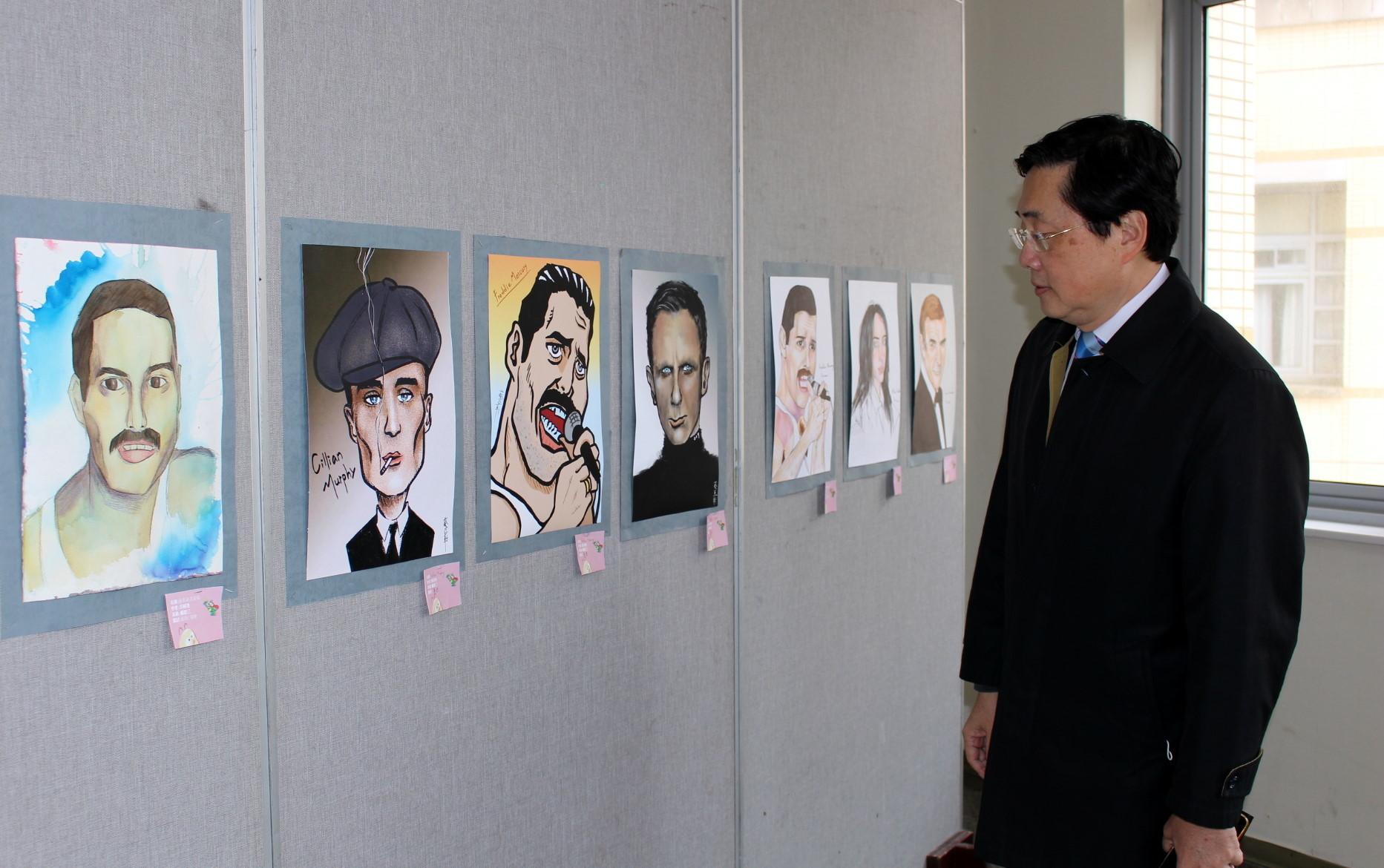 趙涵㨗校長認真欣賞同學們的成果作品